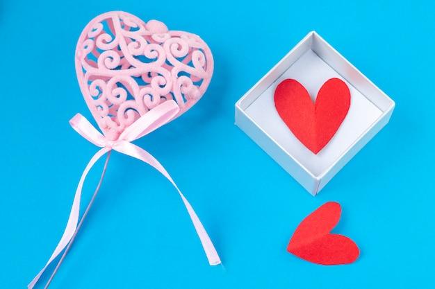 Coeur rose sur fond bleu