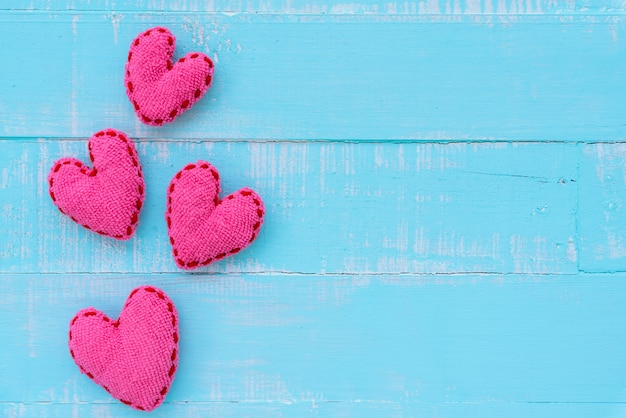 Coeur rose sur fond en bois de couleur bleue et blanche, amour, mariage et saint valentin