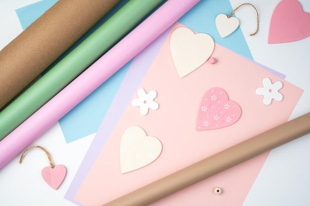 Coeur rose sur fond rose et bleu. vue de dessus, avec espace pour copier. concept 14 février, amour.