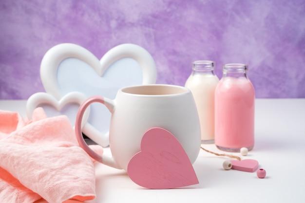 Coeur rose sur une tasse de café sur un fond romantique. vue latérale avec espace pour la copie.