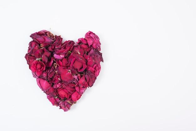 Coeur de roses isolé sur blanc