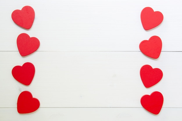 Coeur rouge avec amour sur fond en bois