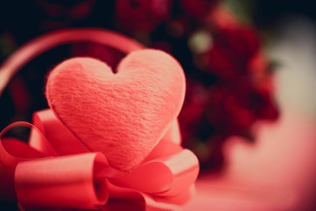 Coeur rouge avec bouquet de fleurs roses sur rouge