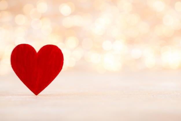 Coeur rouge, carte de voeux saint valentin. fond de bokeh.