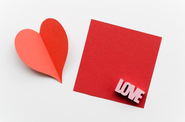 Coeur rouge à côté de la carte de voeux