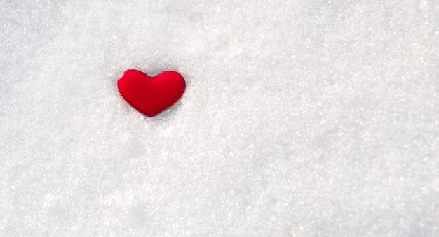 Coeur rouge dans la neige, copiez l'espace