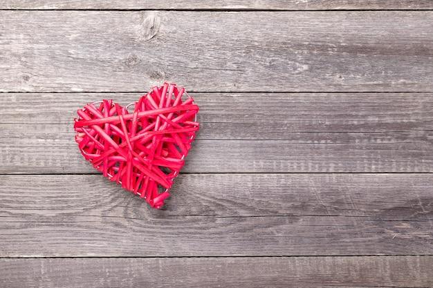 Coeur rouge décoratif sur table en bois gris. carte de voeux saint valentin. vue de dessus. copier l'espace - image