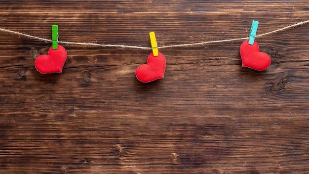 Coeur rouge fait à la main attaché à la corde à l'aide d'une épingle à linge. carte de saint valentin