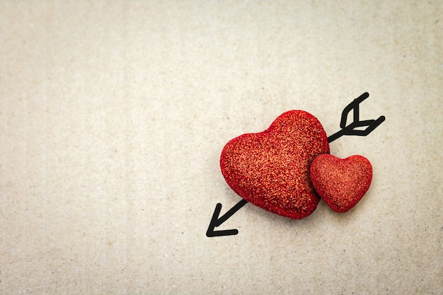 Coeur rouge avec flèche de cupidon sur carton. valentin.