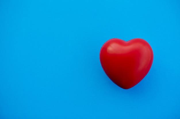 Coeur rouge sur fond bleu