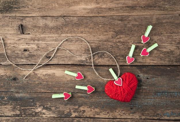 Coeur rouge sur fond en bois.
