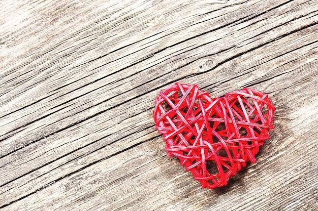 Coeur rouge sur fond de bois