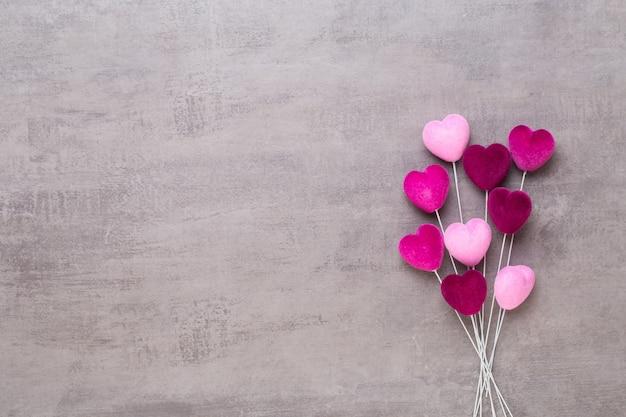 Coeur rouge sur fond gris carte de voeux saint valentin.