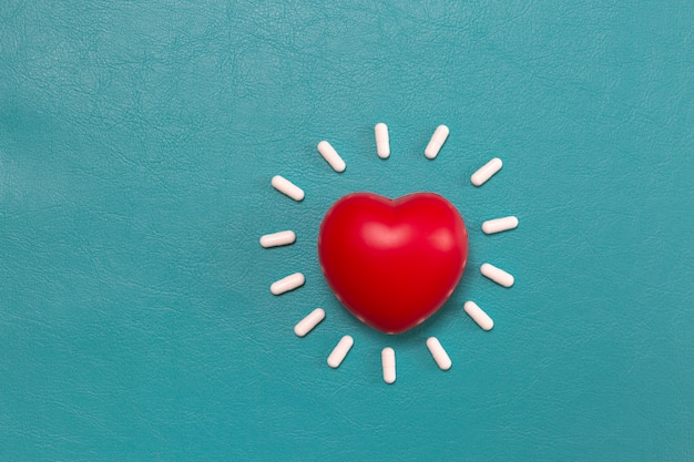 Coeur rouge avec fond de pilules