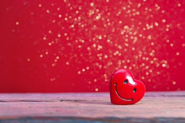 Coeur rouge sur fond rouge brillant, espace copie