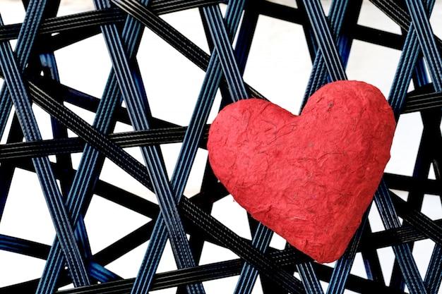 Coeur rouge sur fond de vinyle noir