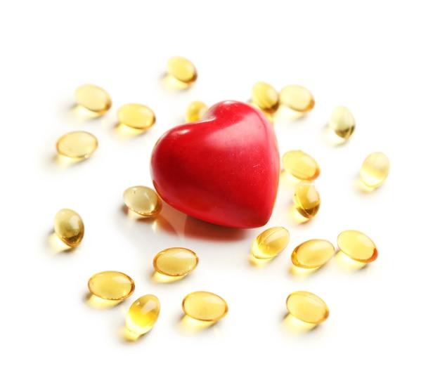 Cœur rouge et huile de foie de morue, sur blanc