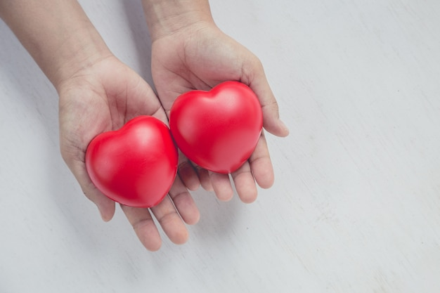 Coeur rouge sur la main de la fille