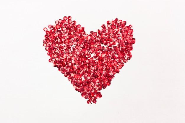 Coeur rouge de paillettes et vue de dessus de paillettes