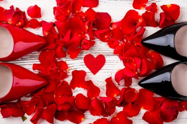 Coeur rouge et pétales de rose pétales coeur et chaussures en tissu symboles d'amour et de tendresse