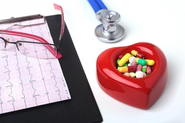 Coeur rouge, pils assortis, lunettes et stéthoscope