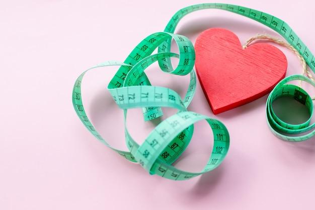 Coeur rouge et robinet à mesurer