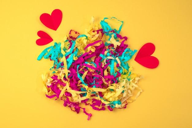 Coeur rouge serpentine de couleur vive sur un fond jaune coloré