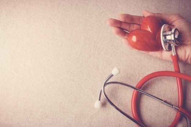 Coeur rouge avec stéthoscope, concept d'assurance santé cardiaque