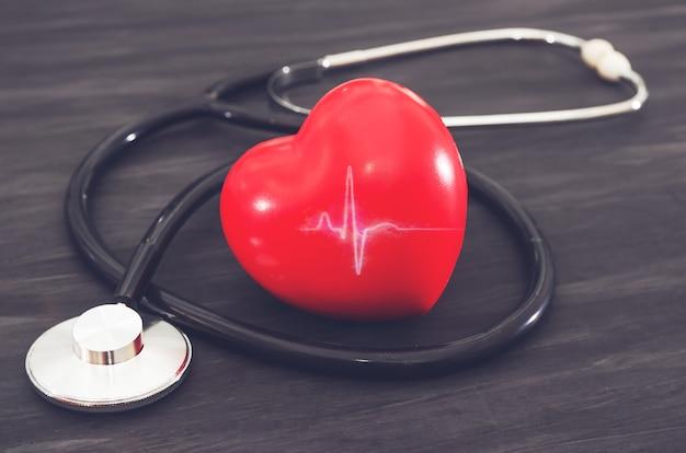 Coeur rouge et stéthoscope sur fond noir