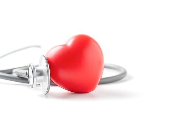 Coeur rouge et stéthoscope isolé sur blanc
