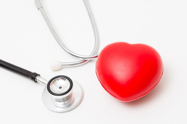 Coeur rouge et un stéthoscope. isolé sur fond blanc éclairage de studio. concept pour la santé et médical