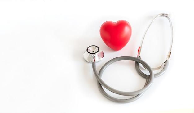Coeur rouge et un stéthoscope medical equipment assurance médicale