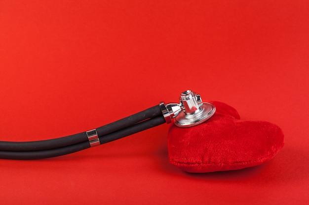 Coeur rouge et un stéthoscope