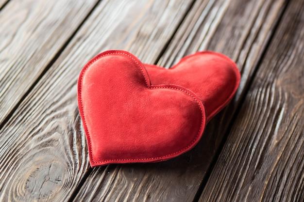 Coeur rouge sur table en bois