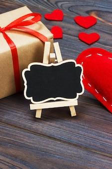 Un coeur rouge avec tableau noir et petits coeurs. espace de copie