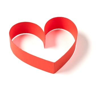 Coeur en ruban sur fond blanc.
