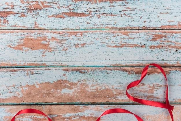Coeur de ruban rouge sur la table