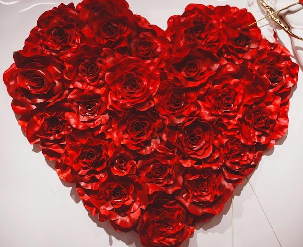 Coeur de saint valentin fait de roses rouges