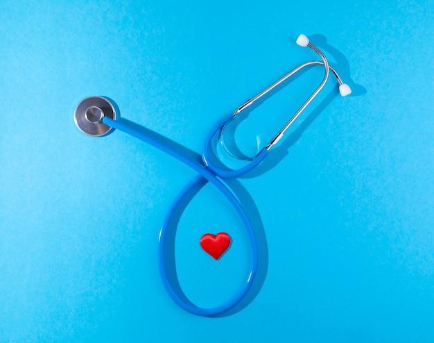 Coeur et stéthoscope sur fond bleu