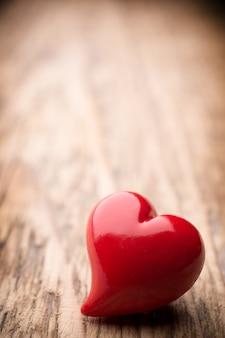 Coeur sur une surface en bois. style vintage.