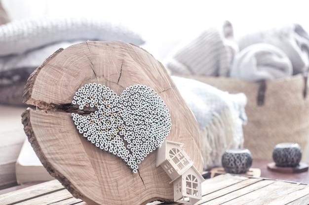 Coeur sur une table en bois à l'intérieur de la salle