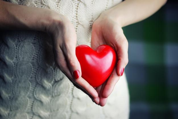Coeur de valentine main féminine