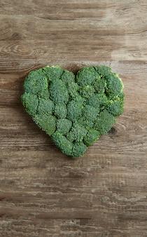 Coeur vert garni de brocoli sur un bois