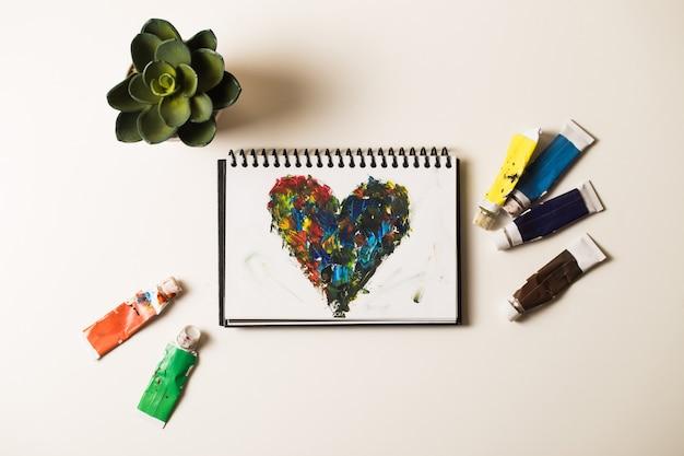 Coeurs en acrylique sur cahier