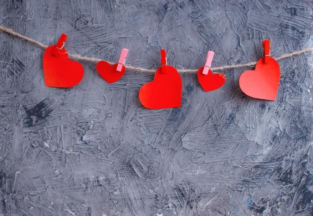 Coeurs d'amour accroché sur fond de texture en bois, concept de carte de saint valentin