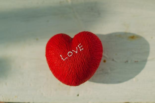Coeurs d'amour sur fond de texture en bois, concept de carte de saint valentin