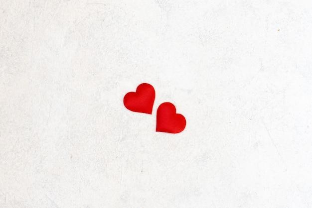 Coeurs d'amour sur fond de texture en bois. concept de carte de saint valentin