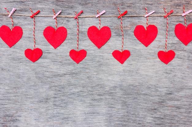Coeurs d'amour de saint valentin rouge sur fond de texture de bois flotté rustique
