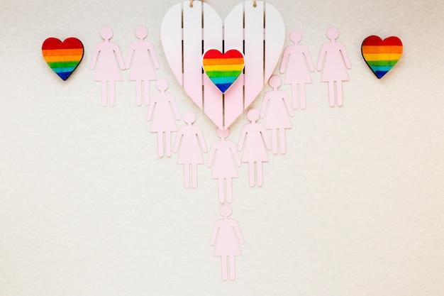 Coeurs arc-en-ciel avec des icônes de couples lesbiennes sur la table