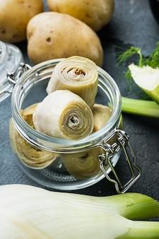Coeurs d'artichaut marinés à l'huile d'olive, sur fond gris